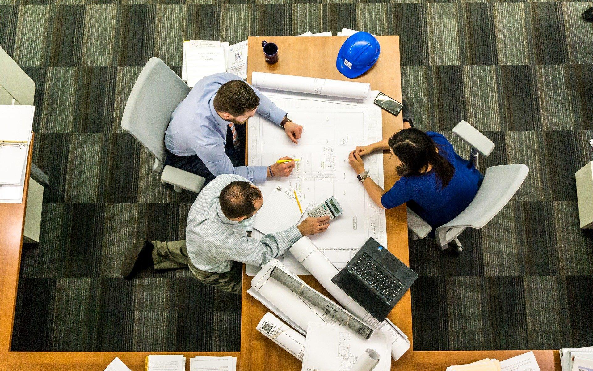 Según aumenta el número de empleados en la empresa, es importante organizar reuniones, para aumentar la productividad laboral.